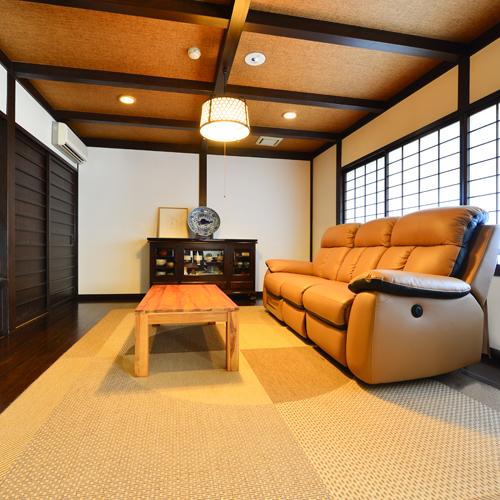 「欅~けやき」のお部屋にリクライニングソファーを導入いたしました。